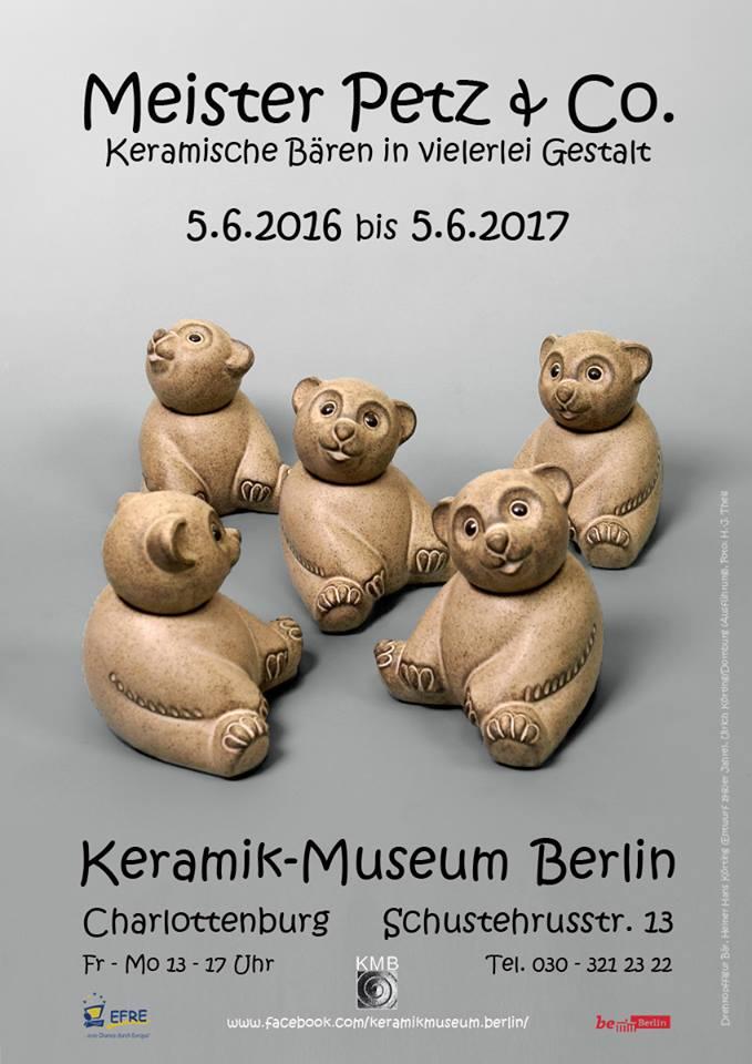 Poster für Ausstellung mit mehreren Keramik-Bären mit Drehköpfen